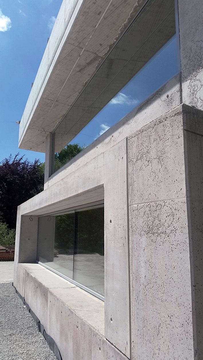 Okna jsou oči betonového živočicha