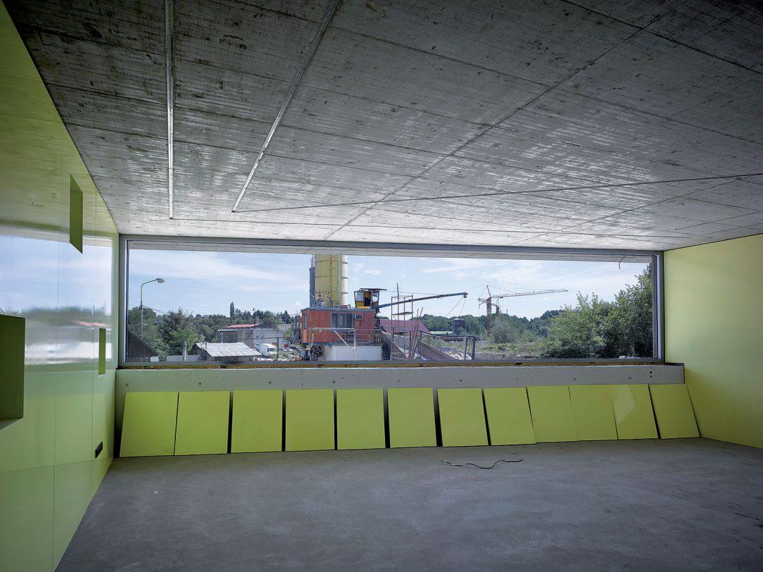 Zarámovaný výhled na tvorbu betonu