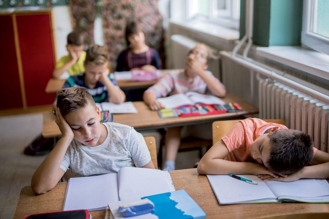 Úroveň koncentrace CO2 hraje velkou roli také ve školách kde ovlivňuje míru únavy studentů. Školy tuto problematiku řeší pravidelným větráním učeben.