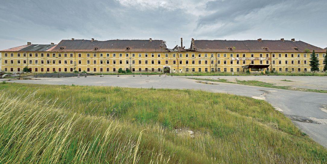 Kasárna Jana Žižky jsou v dezolátním stavu město však na rekonstrukci nemá dostatek prostředků.