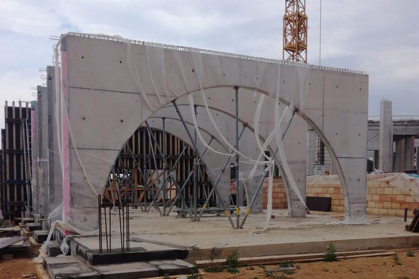 Na stavbu byl použit beton vhodný pro řešení pohledových betonových konstrukcí na oblouky sloupy a skořepinu objektu