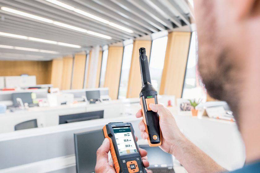 Přístroj testo 535 pro měření CO2. Přenosný a vhodný pro dlouhodobá měření; měří úroveň CO2 rychle a spolehlivě.