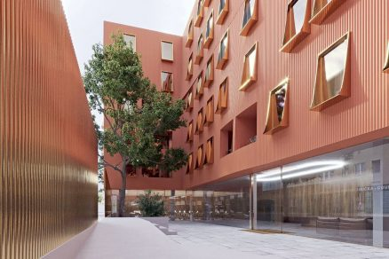 Dům U Milosrdných komunikuje s okolím moderním architektonickým jazykem.