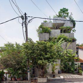 Dům kontrastuje se svým okolím.