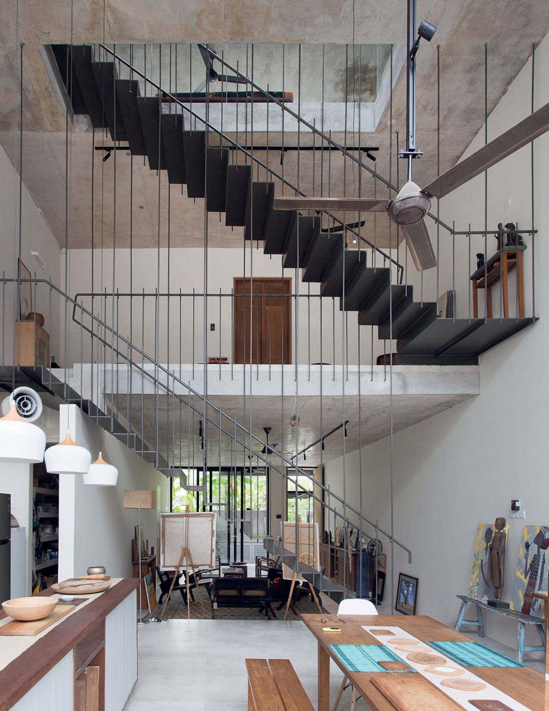 Zavěšené schodiště v otevřeném vnitřním prostoru.