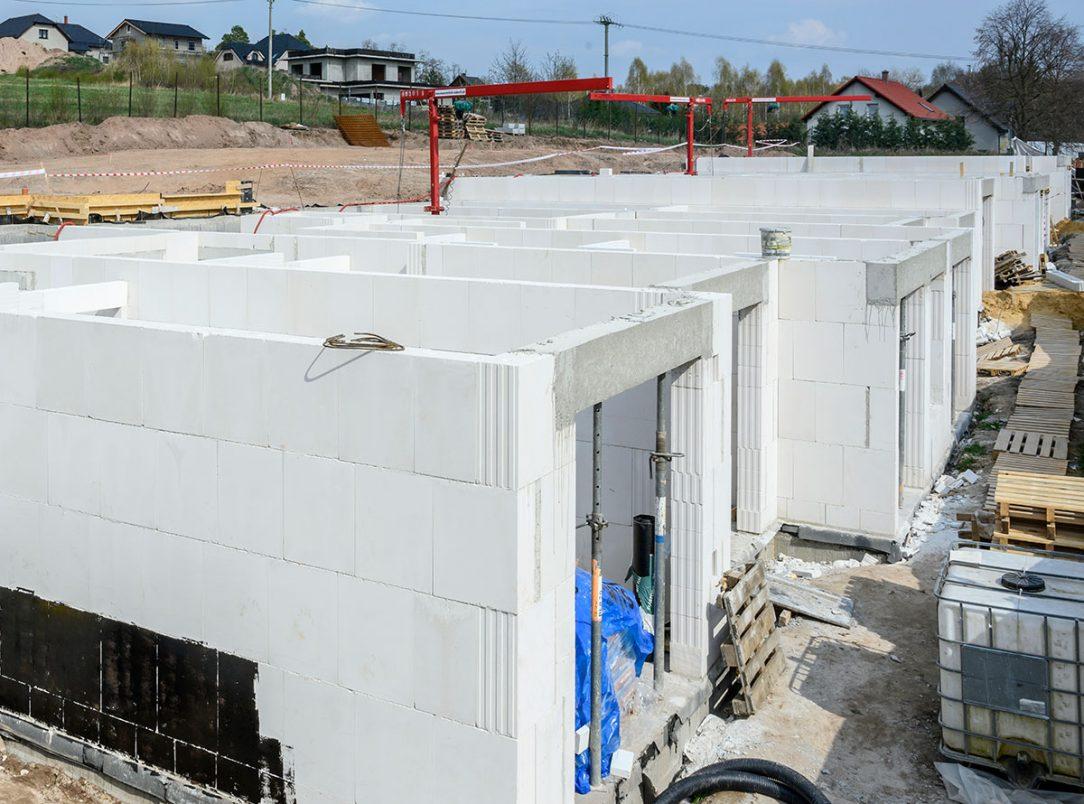 Developerská firma Enekosystem s. r. o. přechodem na technologii Silka Tempo nyní zredukovala tyto počty na dva zedníky a mini jeřáb.