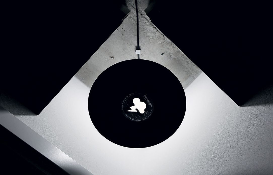 Interiér ozvláštňují na míru dělané prvky jako toto stínidlo lampy z vinylové desky.