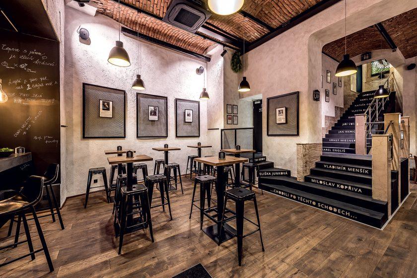 Interiér restaurace sjednocuje ručně škrábaná dubová podlaha.