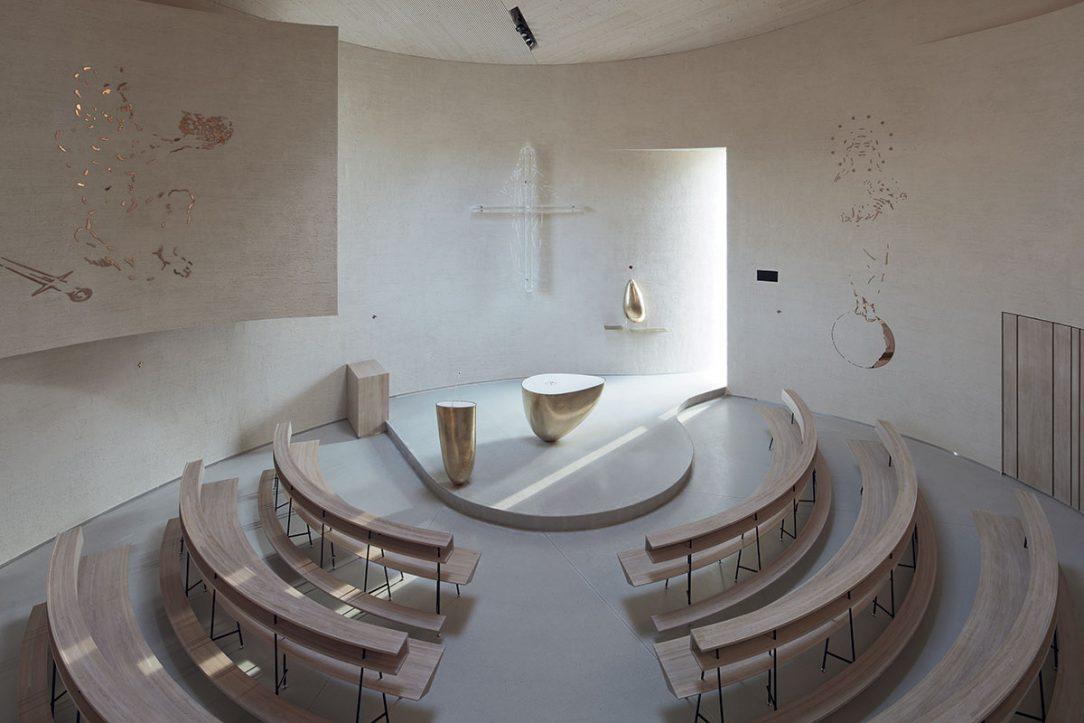 Interiér sazovického kostela.