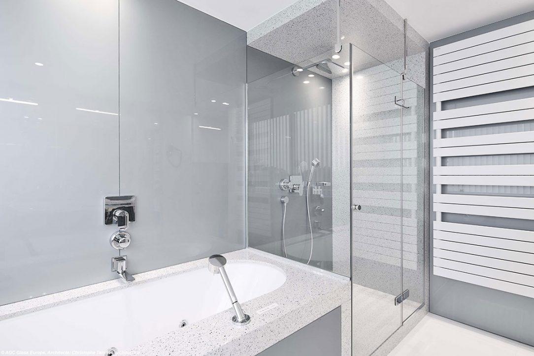 Sprchové sklo: Luxclear Protect. Skleněný obklad: Lakované sklo Lacobel.