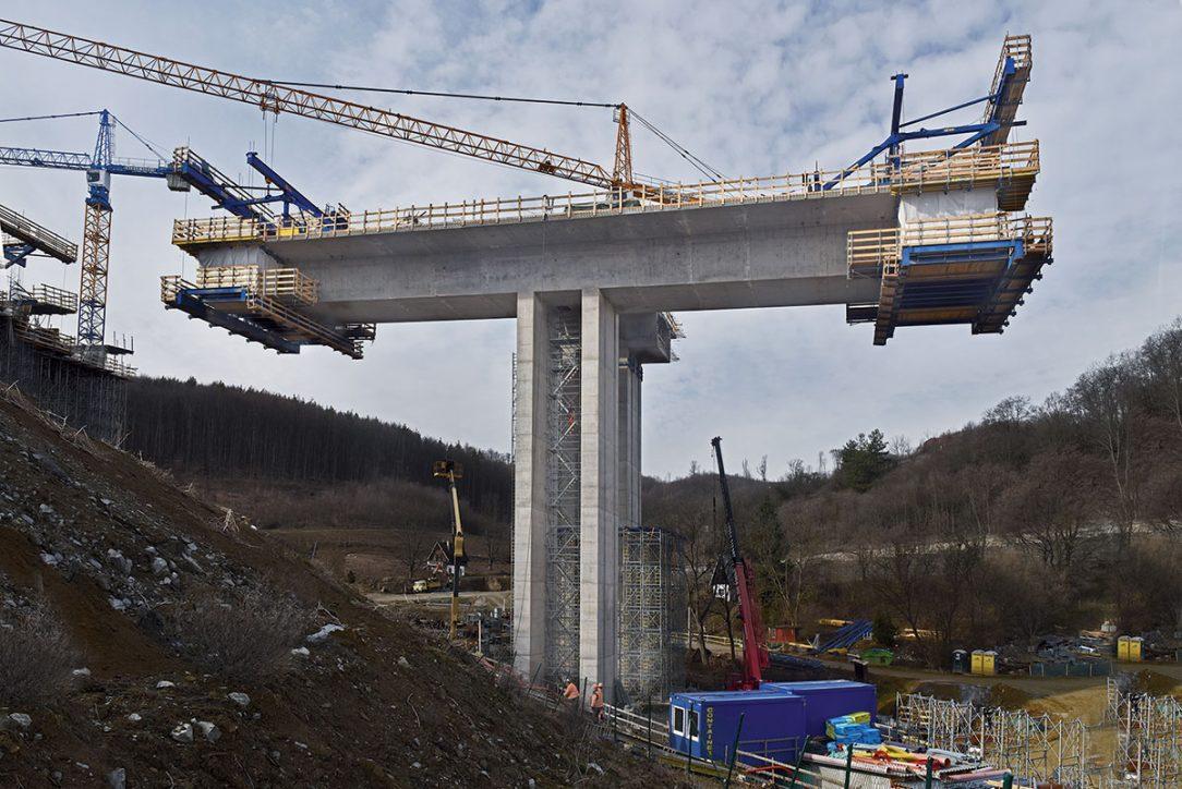 Most je realizován pomocí vozíků letmé betonáže Doka.