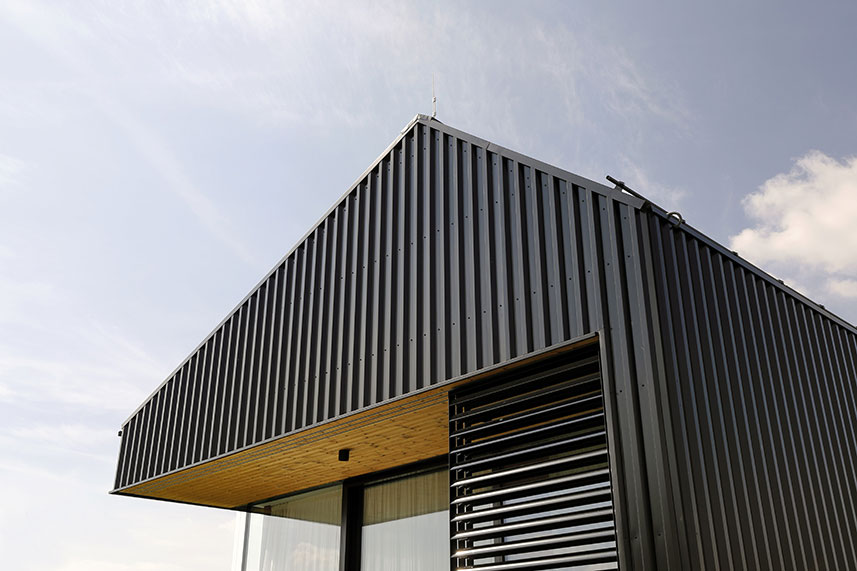 Myšlenka na opláštění domu trapézovým plechem vznikala postupně během přípravy projektu