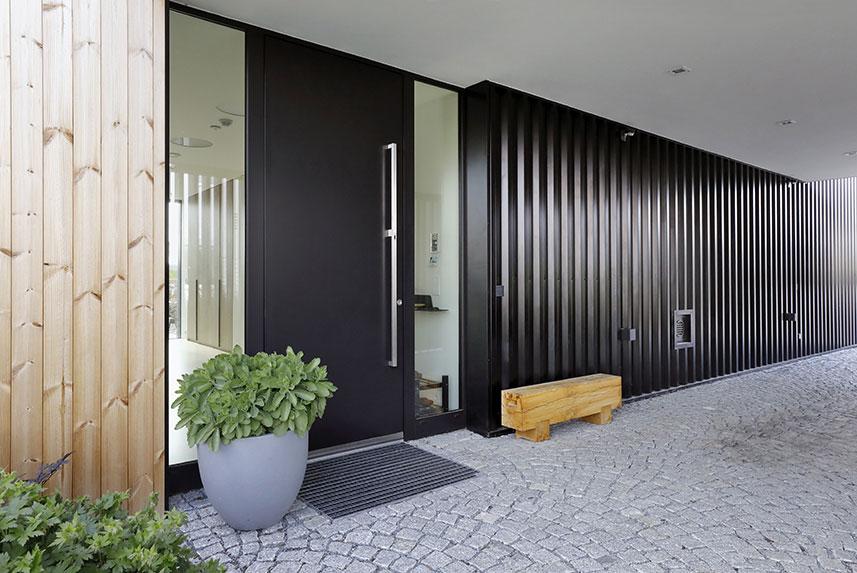 Pokud jde o provětrávanou fasádu domu s celkovou plochou stěnového opláštění 182 m2, trapézové plechy jsou položeny svisle, stejně jako základní rošt.