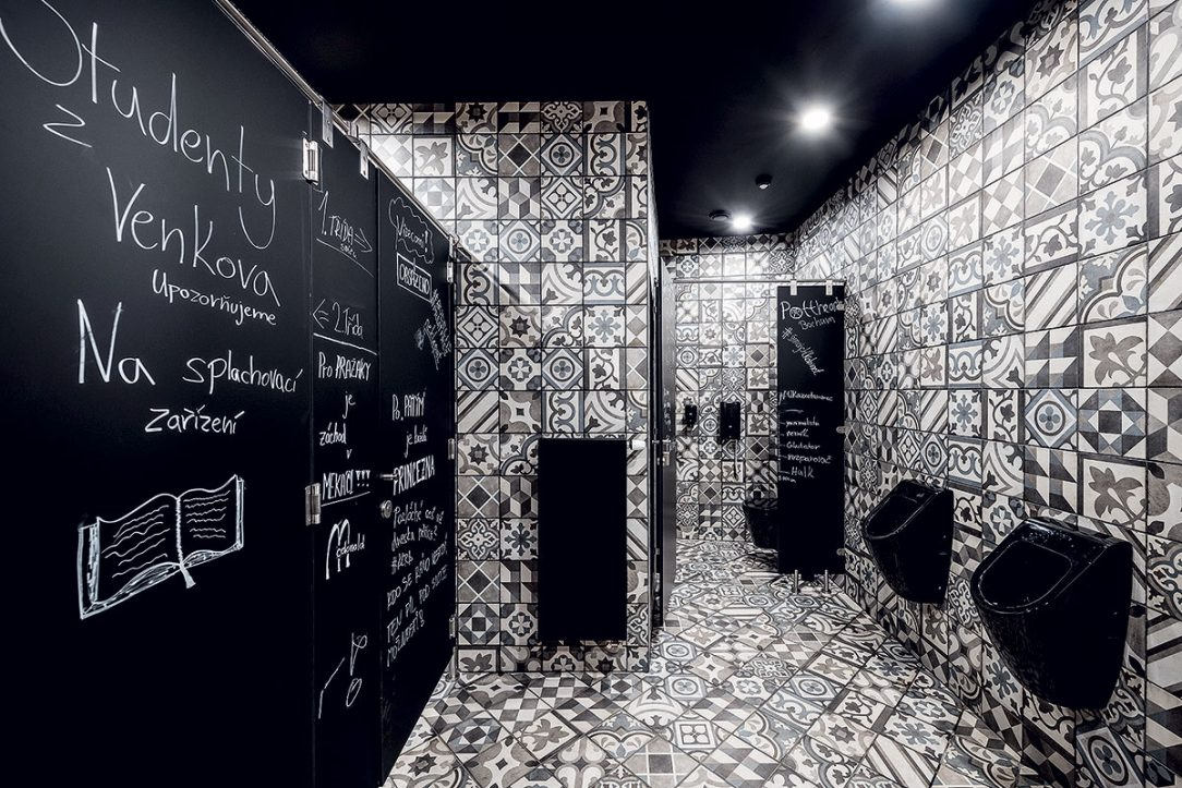 Na WC jsou použity odvážné vzory obkladů.