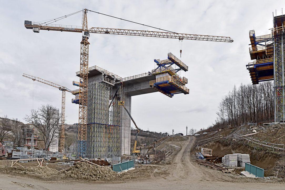 Po setkání vahadel a dokončení betonáže úseku vozíky odcouvají na původní místa a budou přesunuty na vedlejší mostovku.