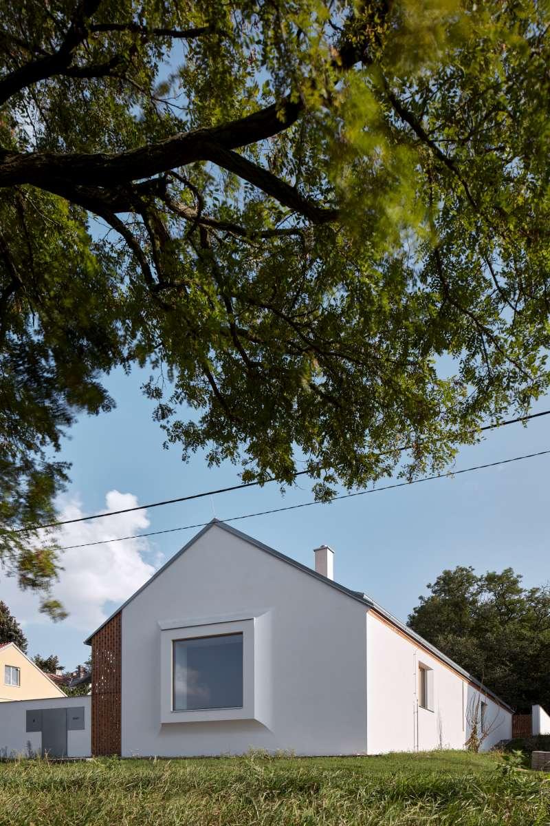 Stavba je štítem s arkýřem s rozměrným oknem obrácena do ulice arkýř se jemně prolamuje fasádou domu a opticky tak její povrch změkčuje
