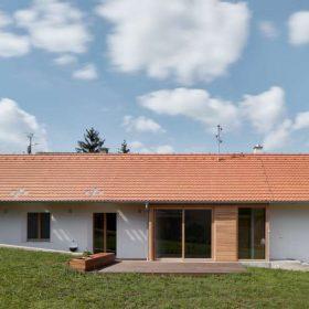 Stavba netrpí častým neduhem malých oken a je oproštěna od přehnaného romantismu