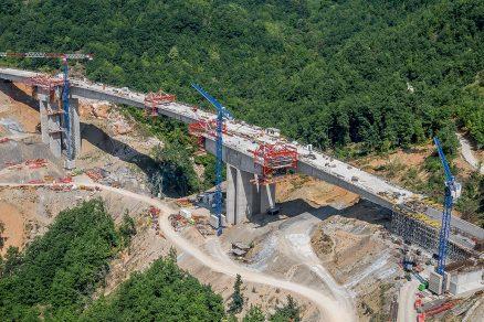 V prvním úseku přes hornatou oblast v západní části Severní Makedonie bylo na nové dálnici vybudováno celkem 14 viaduktů. V délce cca 10 km muselo být přemístěno přes 4 000 000 m³ zeminy a uloženo 150 000 t betonu a 15 000 t armatury.