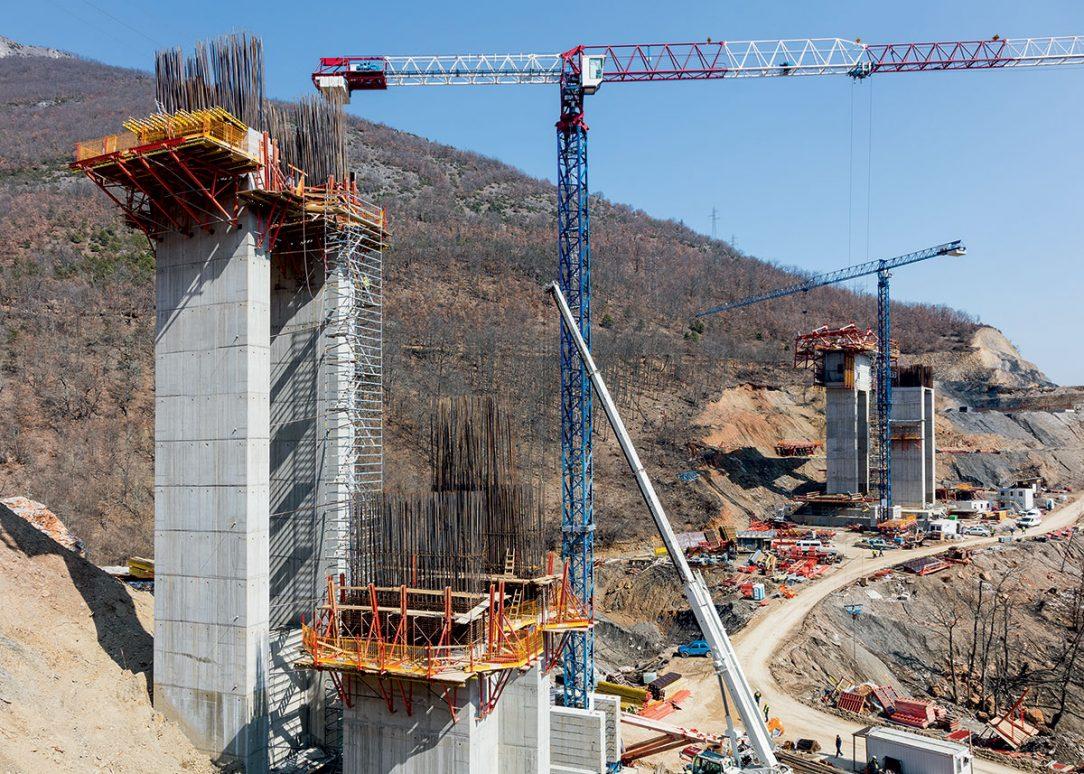 Při-budování-mostních-pilířů-bylo-využito-rámové-bednění-TRIO-anosníkové-stěnové-bednění-VARIO-GT-24-na-vodorovně-nasazených-opěrných-rámech-SB,-kromě-toho-také-šplhavé-bednění-SCS-doplněné-překládanými-lávkami-CB-240