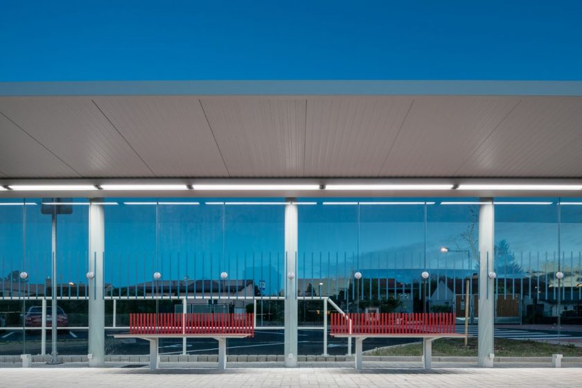 Mobiliář autobusového nádraží v Sazavě