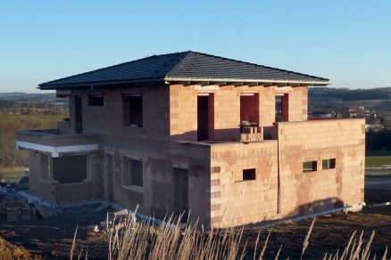 Obr. 2 Realizace domu ze systému Porotherm