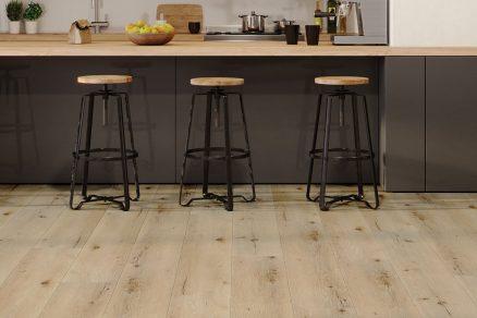 Podlahy SPC Arbiton jsou 100 voděodolné takže lze propojit podlahu v kuchyni s obývacím pokojem v duchu trendu otevřených interiérů