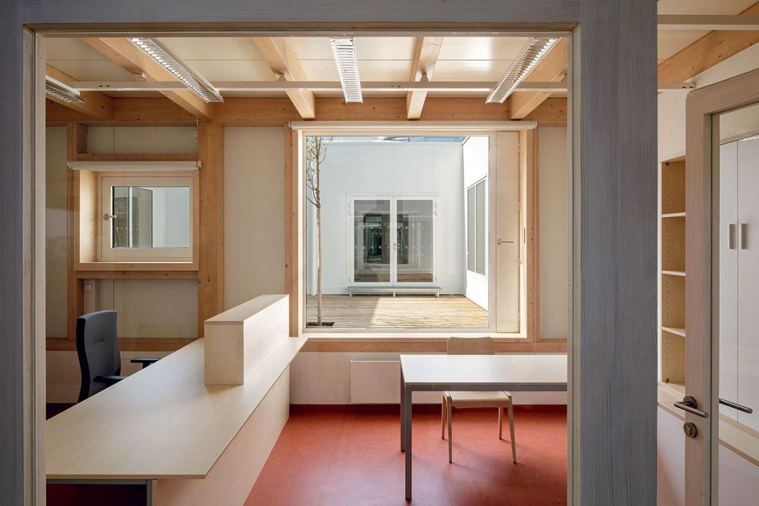 Z kanceláří je výhled do vnitřních atrií.