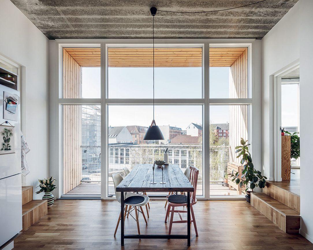 Kombinovaná kuchyň a jídelna má vyšší strop než ostatní místnosti bytu.