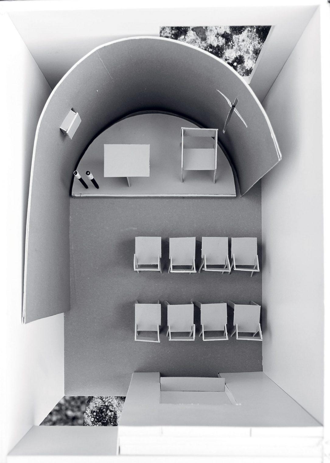 Model ozřejmující fungování křížové štěrbiny ve stěně.