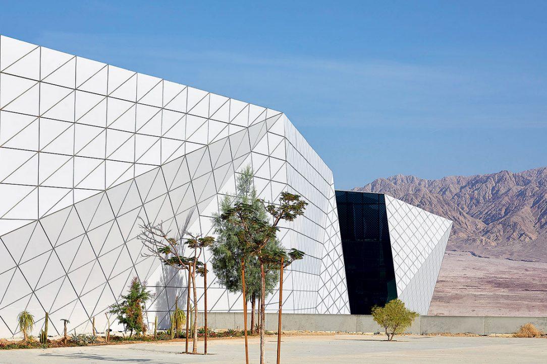 Prolamovaná fasáda z bílých hliníkových trojúhelníků
