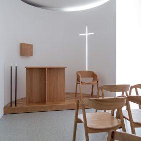 V kapli je kladen důraz na práci se světlem.