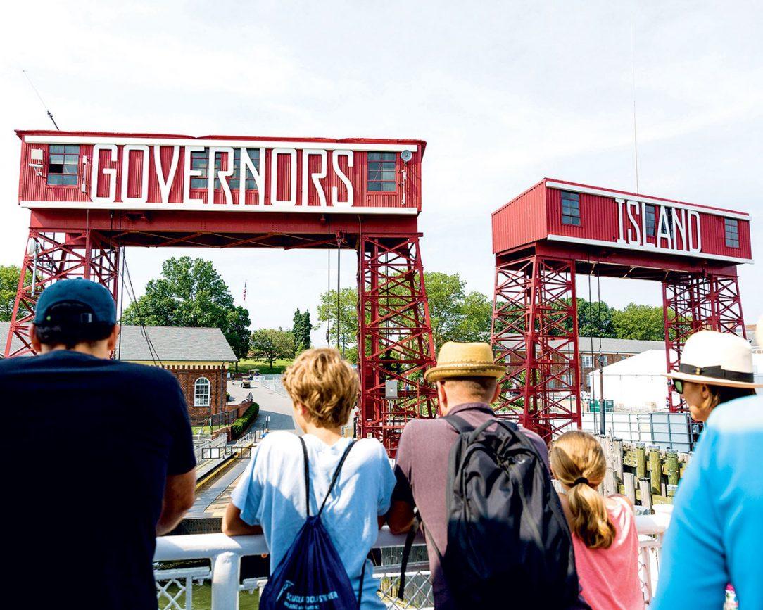 Vstupní brány připomínají industriální historii ostrova.