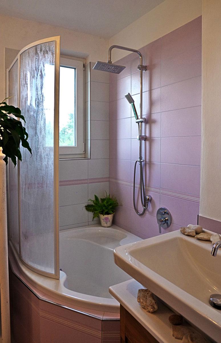 vana a sprchový kout v malé koupelně