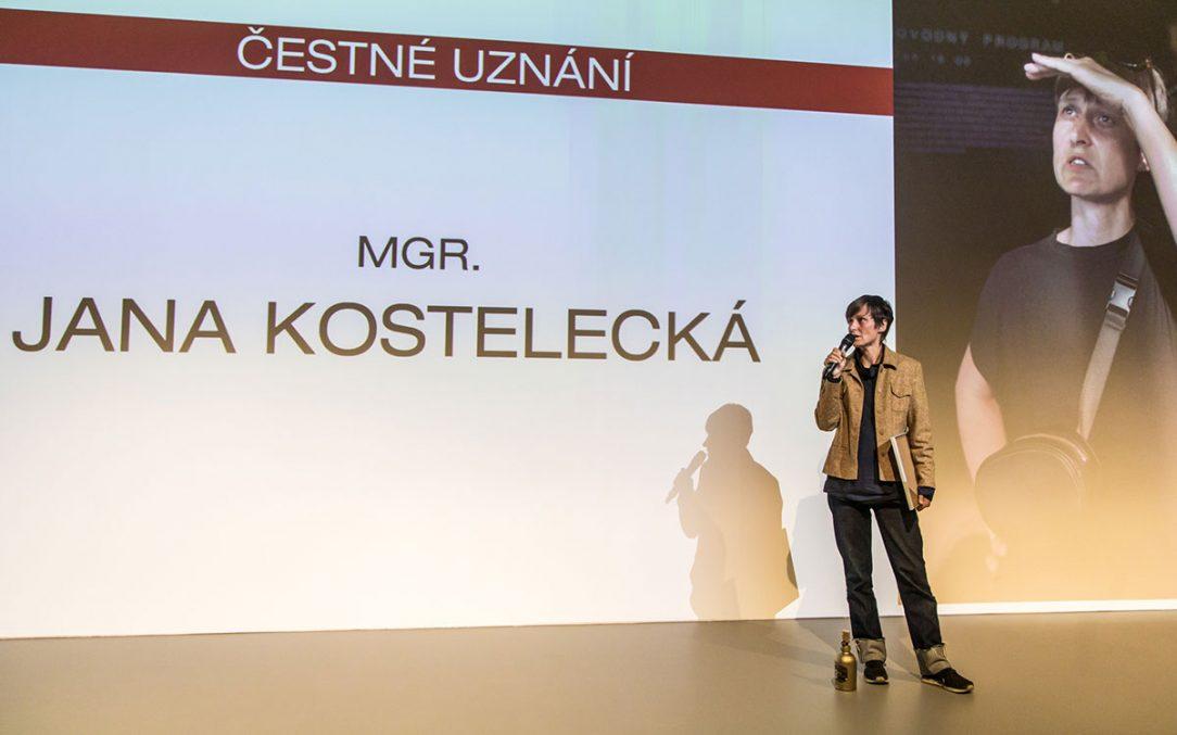 Za dlouhodobou podporu a propagaci architektury ocenila porota čestným uznáním producentku Janu Kosteleckou