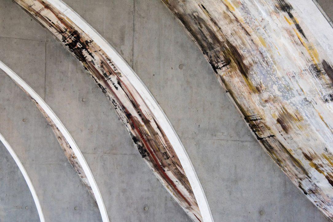 Malby vedou po celé ploše kleneb uvnitř budovy.