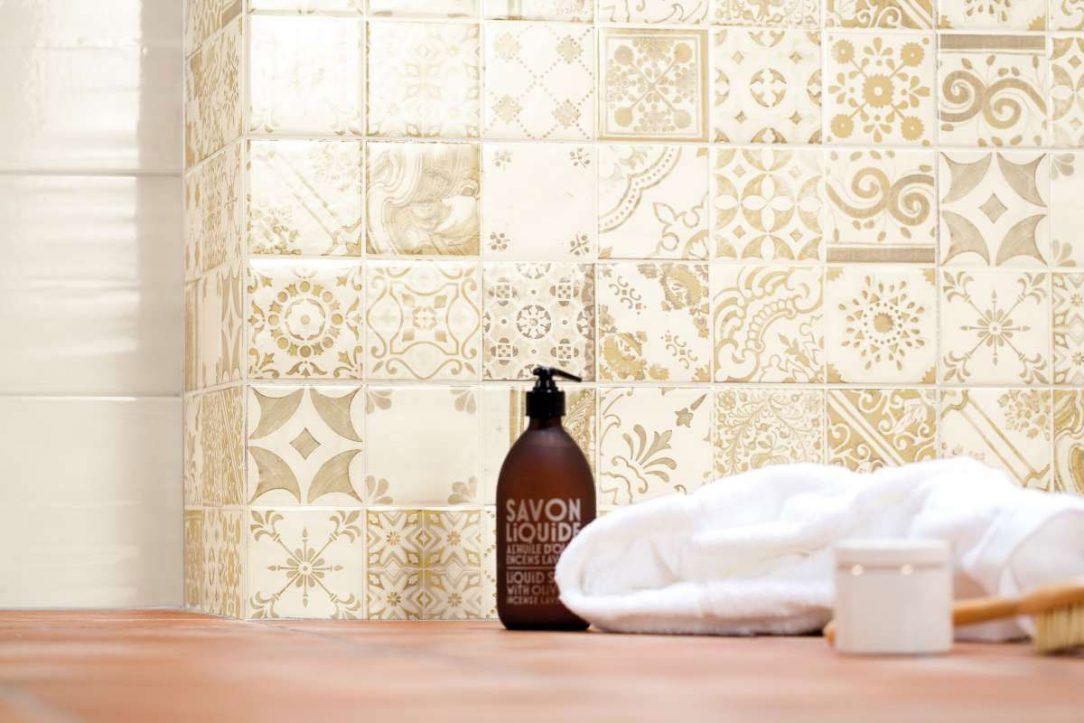 Obklady s majolikovými a patchworkovými vzory jsou oblíbené a decentně oživí téměř každou kuchyni či koupelnu