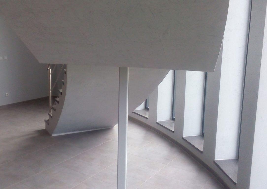V interiérech dominují omítky imitující pohledový beton