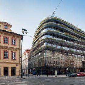 Celá budova ve vyšších patrech ustupuje od uliční čáry.