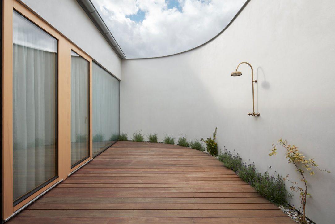 Intimní atrium je vhodné pro relaxaci a odpočinek lze ho vybavit zahradními lehátky houpací sítí