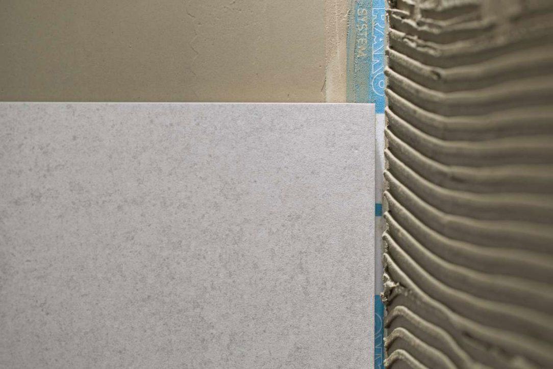 Lepidlo nanášíme po malých množstvích na stěnu rozetřeme a pokládáme obklad