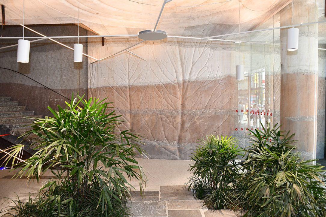 Na stavbu byl uplatněn barevný beton COLORCRETE® v pestré škále barev. V přízemí byly zkombinovány barevné betony s otisky větví stromů, stěny byly vytvořeny z betonů tónovaných do zemitých odstínů tmavě šedé, hnědé cihlové a bílé barvy a u stropu byly uzavřeny pruhem neprobarveného šedého betonu.