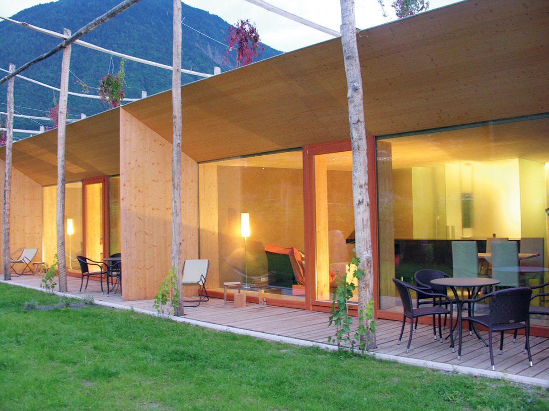 Obr. 4 Rekreační objekt se třemi letními byty v severoitalské obci Lana postavený z nosných slaměných balíků