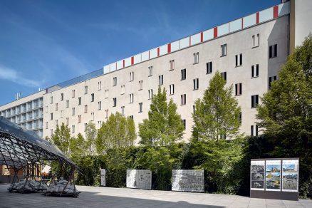 Pohled na zadní stranu budovy z piazzetty u Uměleckoprůmyslového muzea.