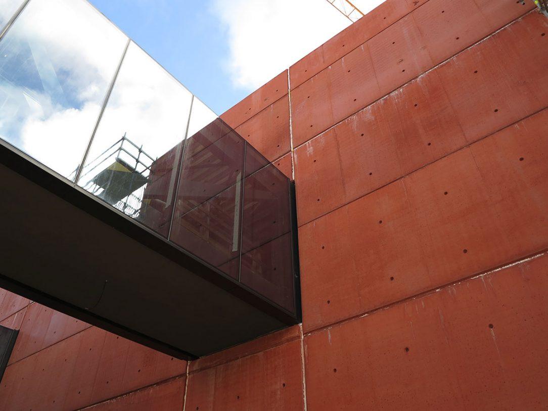 Pro Nové divadlo v Plzni byl vybrán červený odstín barevného betonu COLORCRETE®