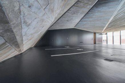 Ve vnitřních prostorách byl zanechán pohledový beton jehož povrch nese výrazný otisk prken