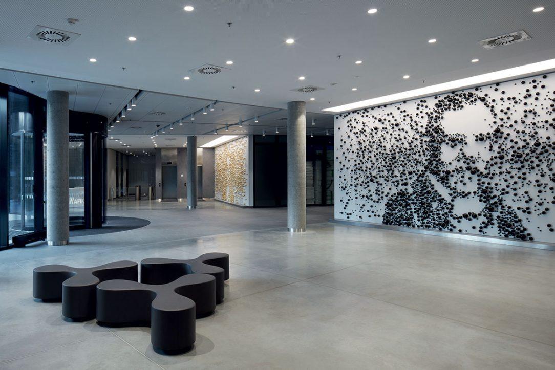 Atrium zdobí instalace od Maxima Velčovského.