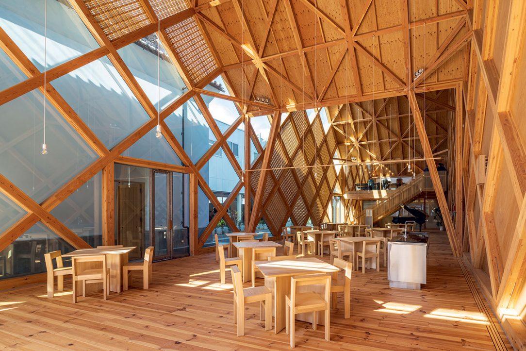 Diagonály nosné konstrukce jsou dominantním prvkem interiéru.