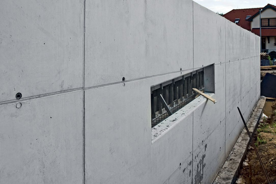 Tepelněizolační betony mohou zůstávat v pohledové kvalitě jako kterákoliv jiná monolitická konstrukce. V jejich případě ale není třeba dodatečné zateplení. (Foto: realizace rodinného domku, otisk rámového stěnového bednění Framax s deskou Xlife, Praha)