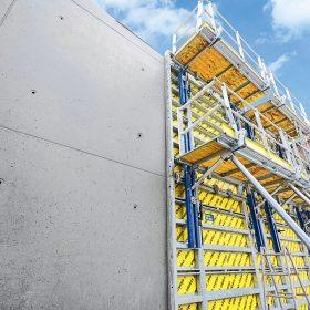 Některé bednicí systémy vytvářejí efektní spárořez snadno využitelný pro pohledové betony. (Foto: bednicí systém Framax Xlife Plus s velkoplošnými panely)