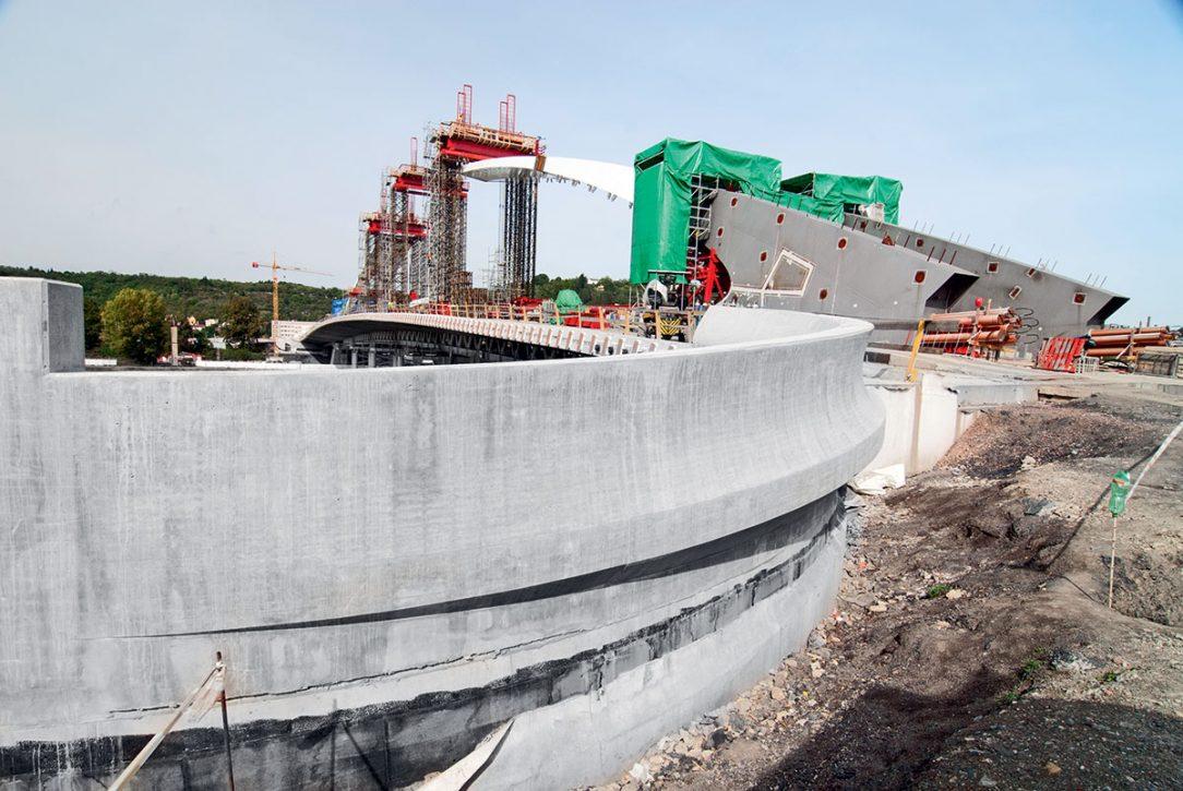 Zvláštní projekty vyžadují i zvláštní bednění vyráběné na míru. Efektní otisk lze zajistit například ohýbanými překližkovými latěmi. (Foto: pohledové betony realizované na Trojském mostě, Praha)